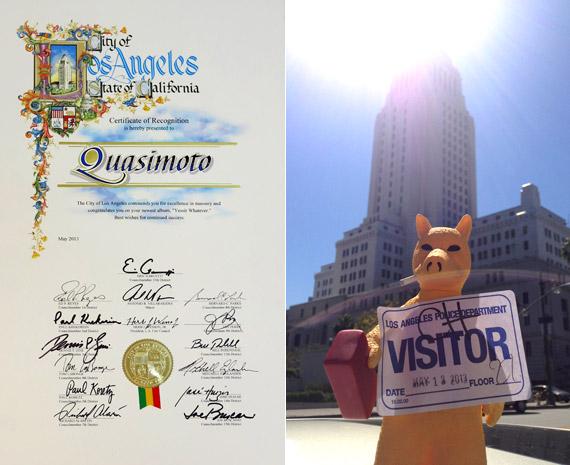 """Quasimoto com sua placa de """"esxcelencia em alvenaria"""", concedida pela prefeitura de Los Angeles"""