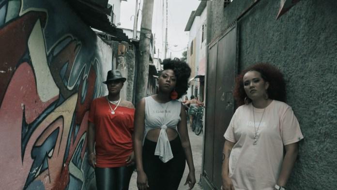 """Elas continuam """"Na Luta"""": Meire D'Origem lança videoclipe com Preta Ary e Cris SNJ"""