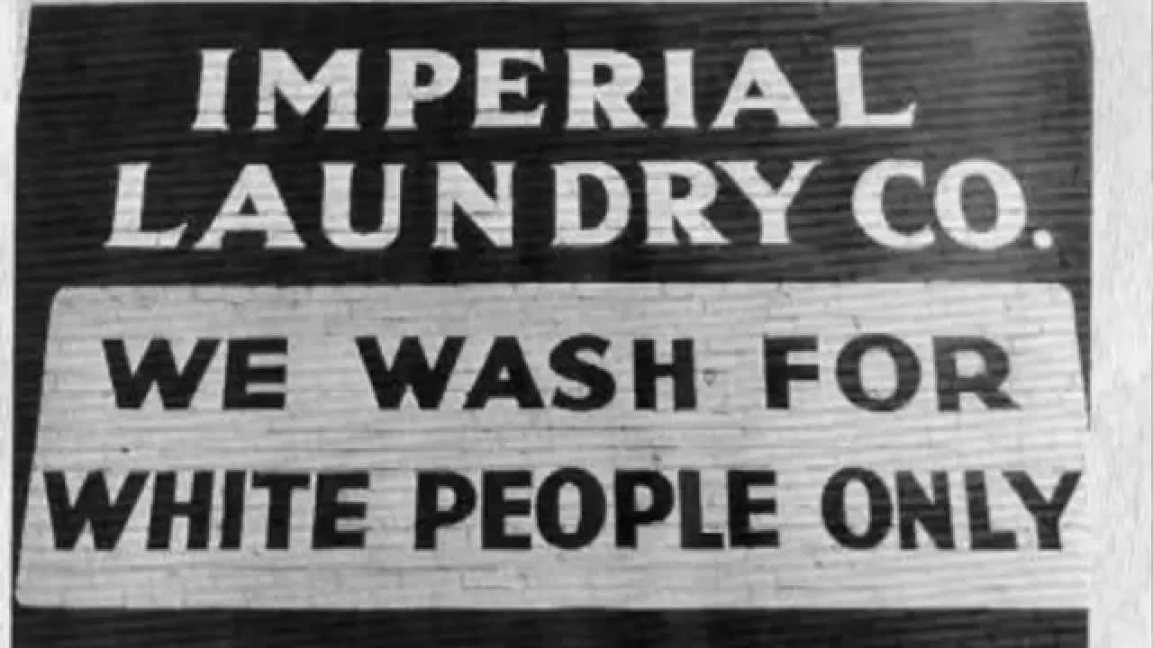 """""""Lavamos apenas para pessoas brancas"""". Placa usada nos Estados Unidos durante a existência das Leis de Jim Crown"""