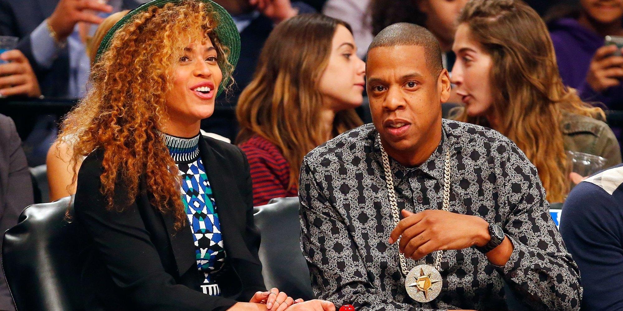 Jay-Z usando um cordão com o símbolo da Nação dos Cinco por Cento